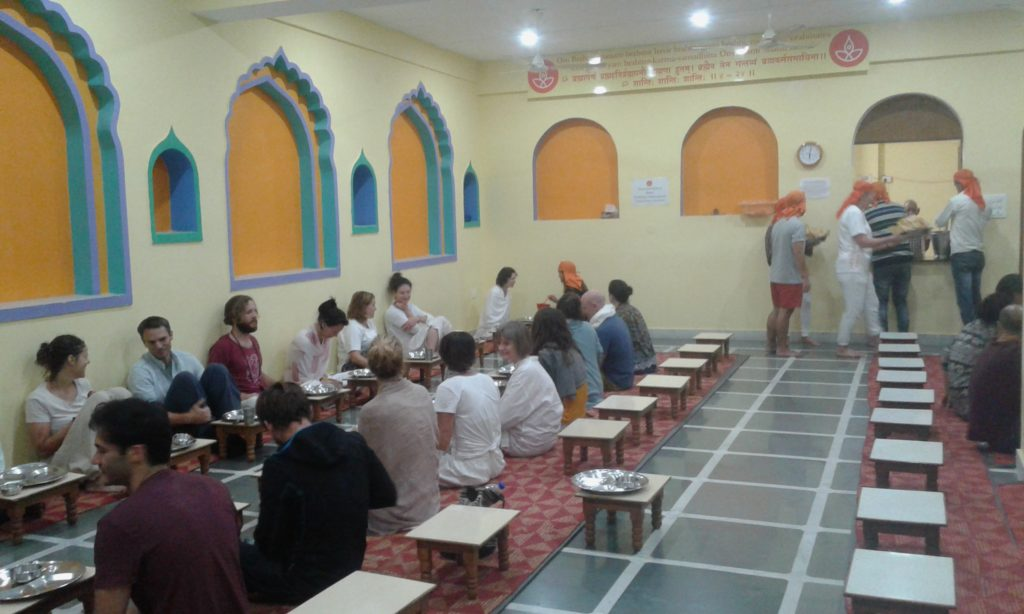 This image has an empty alt attribute; its file name is Rishikesh-Ashram-1-1024x614.jpg